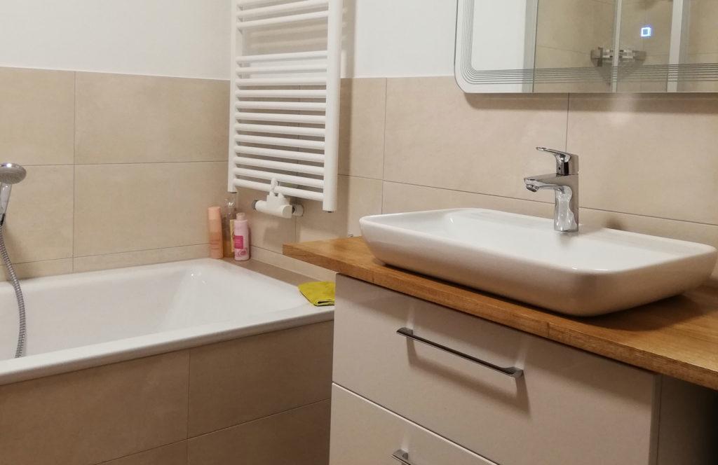 modernes Badezimmer Holzplatte mit Waschbecken